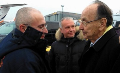 A handout photo shows former German Foreign Minister Hans-Dietrich Genscher (R) shaking hands with Kremlin opponent Mikhail Khodorkovsky (L) at the General Aviation Terminal (GAT) in the south of the airport Berlin-Schoenefeld, Germany, 20 December 2013. Khodorkovsky has arrived to Germany after being released from a Russian prison camp on December 20.
