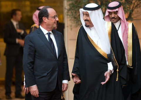 French President Francois Hollande (L) and Saudi Crown Prince and Defence Minister Salman bin Abdul Aziz al-Saudb at the Elysee Palace in Paris on September 1, 2014 (AFP Photo/Philippe Wojazer)