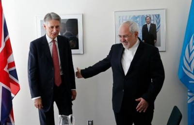 Iranian Foreign Minister Mohammad Javad Zarif (R) and British Foreign Secretary Philip Hammond
