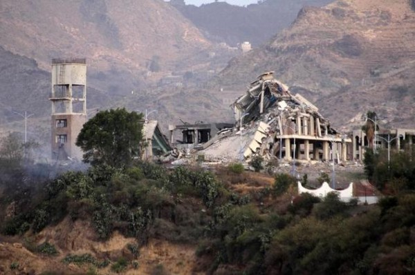 The remains of the Republican Palace, following a reported air raid, in the city of Taez on April 17, 2015 ©Taha Saleh (AFP)