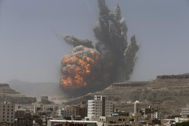 Smoke rises during an air strike on an army weapons depot on a mountain overlooking Sanaa, April 20, 2015. REUTERS/Khaled Abdullah