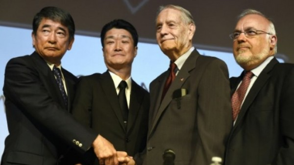 © AFP | American World War II prisoner of war James Murphy (2nd R) shakes hand with Mitsubishi Materials executives Hikaru Kimura and Yukio Okamoto in Los Angeles on July 19, 2015