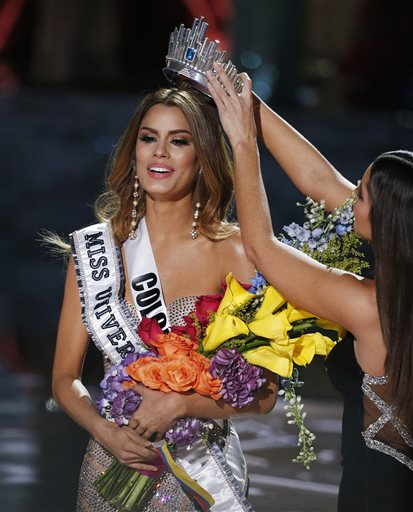 Former Miss Universe Paulina Vega, right, crowns Miss Colombia Ariadna Gutierrez, left, at the Miss Universe pageant Sunday, Dec. 20, 2015, in Las Vegas. According to the pageant, a misreading led the announcer to read Miss Colombia as the winner before they took it away and gave it to Miss Philippines Pia Alonzo Wurtzbach.(AP Photo/John Locher)
