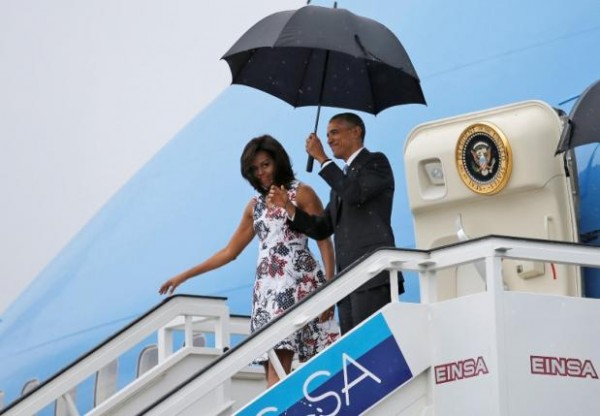 Former U.S. President Barack Obama and his wife Michelle exit Air Force One as they arrive at Havana's international airport for a three-day trip, in Havana March 20, 2016.   REUTERS/Carlos Barria