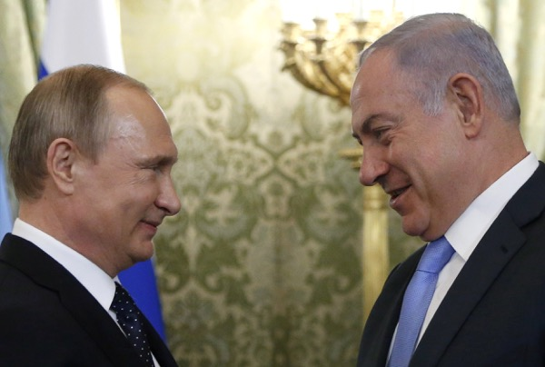 Russian President Vladimir Putin (L) welcomes Israeli Prime Minister Benjamin Netanyahu during a meeting at the Kremlin in Moscow, Russia June 7, 2016. REUTERS/Maxim Shipenkov/Pool - RTSGEFC