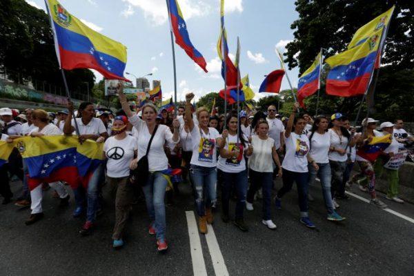 Lilian Tintori (C), wife of jailed Venezuelan opposition leader Leopoldo Lopez takes part in a rally to demand a referendum to remove Venezuela's President Nicolas Maduro in Caracas, Venezuela October 22, 2016. REUTERS/Marco Bello