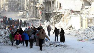 Displaced families leave areas under attack in Aleppo © EPA