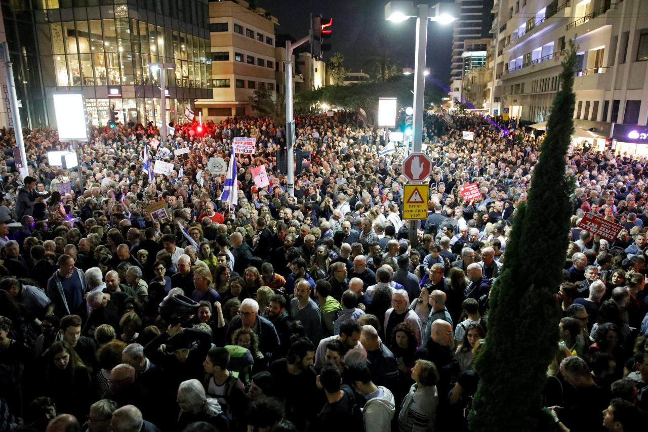 Israelis take part in a protest against corruption in Tel Aviv, Israel December 2, 2017. REUTERS/Amir Cohen