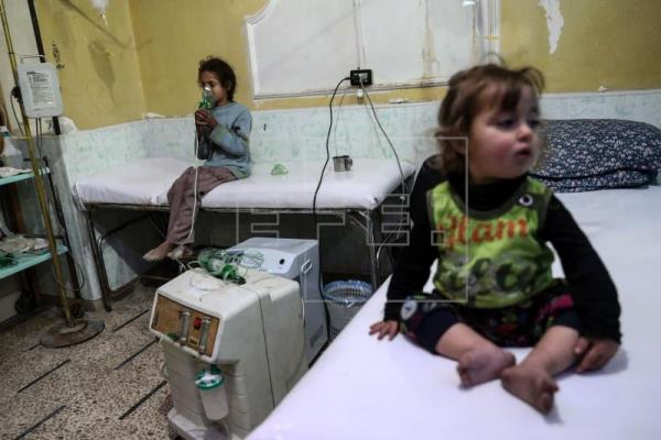 A suspected chemical gas attack carried out by forces loyal to the Syrian government on a besieged rebel-held city near the capital has left 21 people, including children, in need of medical attention, local doctors told epa journalists on the ground Monday according to Human Rights Watch