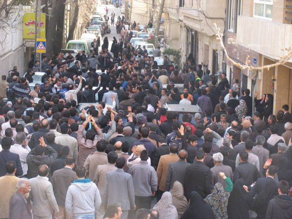 Supporters of Sufi leader Noor Ali Tabandeh gathered around his house to defend their leader.