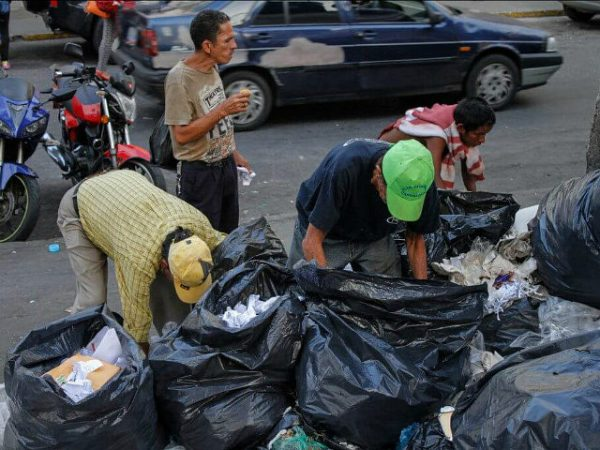 starving-venezuelans-dig-through-garbage-for-food-twitter-640x480