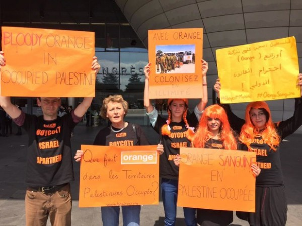Activists protest outside the annual general meeting of Orange at the Palais des Congrès in Paris, 27 May 2015 . (BDS France)