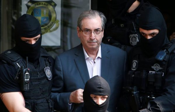 Former speaker of Brazil's Lower House of Congress, Eduardo Cunha (C), is escorted by federal police officers as he leaves the Institute of Forensic Science in Curitiba, Brazil, October 20, 2016. REUTERS/Rodolfo Buhrer