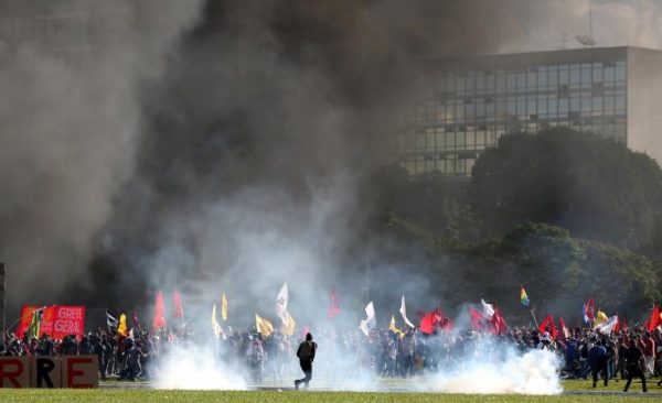 Smoke rises near the building of the Agriculture Ministry during a protest against President Michel Temer and the latest corruption scandal to hit the country, in Brasilia, Brazil, May 24, 2017. REUTERS/Paulo Whitaker