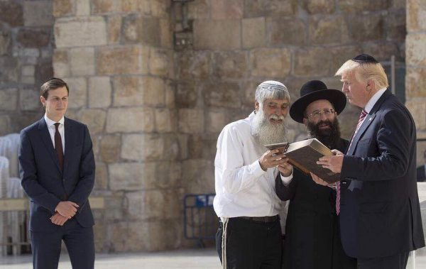 US President Donald Trump listens to Rabbi Shmuel Rabinovitch (C) during a visit to the Western Wall in Jerusalem's Old City on May 22, 2017. On the left is Trump's son-in-law and senior advisor Jared Kushner. (AFP PHOTO / MANDEL NGAN)