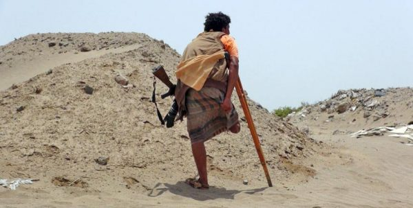 An anti-Huthi fighter of the Southern Popular Resistance with an amputated leg stands at the front line of fighting against Huthi fighters in the Jaawala outskirts of Yemen's southern port city of Aden  (Reuters photo)